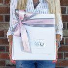 Boite cadeau blanche avec ruban rose et gris pâle